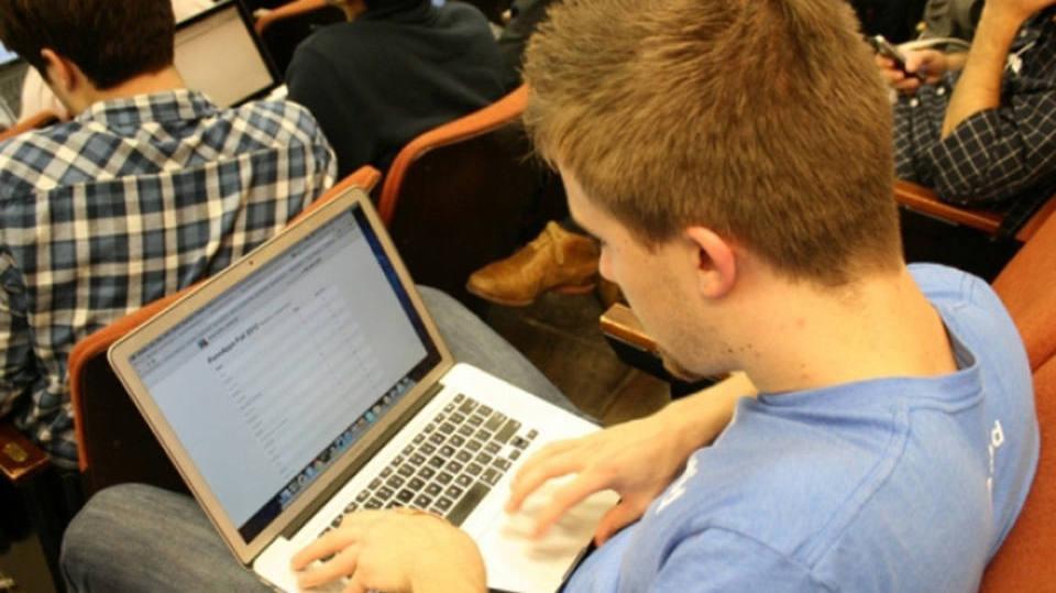 Oportunidades podem ser encontradas online (Foto: Exame/Abril)