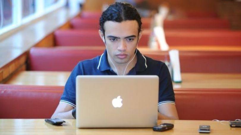 Jovem inicia no mercado em grandes empresas (Foto: Exame/Abril)