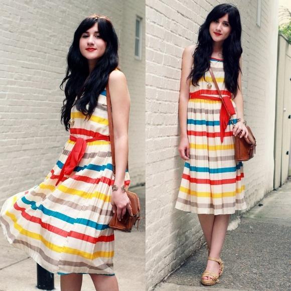 Vestido midi com listras coloridas. (Foto Ilustrativa)