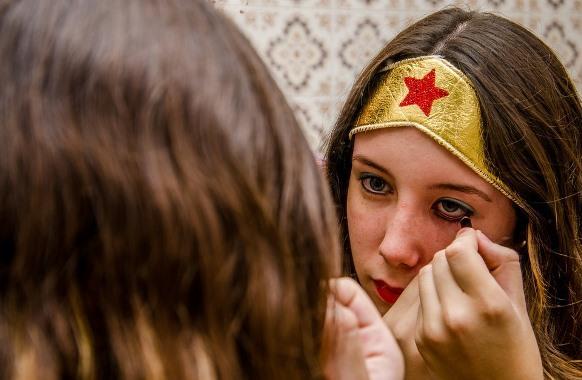 Crie uma maquiagem ousada, com as cores dourado e prateado. (Foto Ilustrativa)