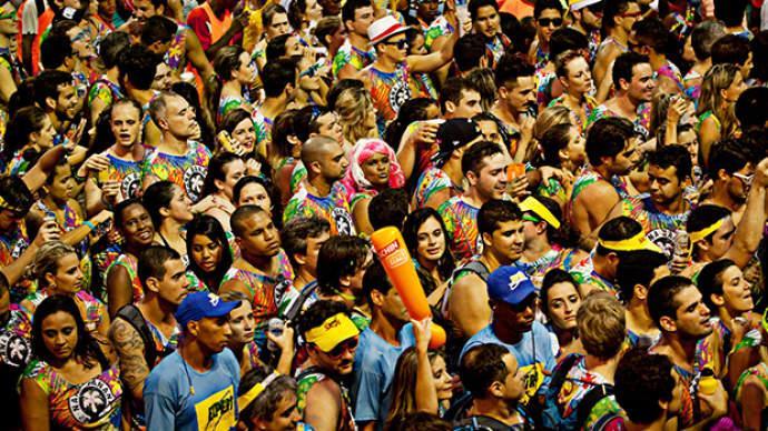 Blocos atraem centenas de foliões (Foto: Veja/Abril)