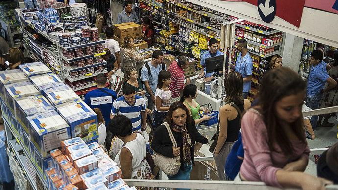 Lojas cheias espantam os pais que precisam comprar tudo na correria do dia a dia (Foto: Exame/Abril)