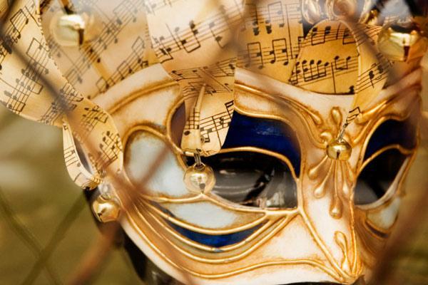 Para deixar mais resiste, use um papel mais grosso ou até mesmo um papelão para dar a forma correta à máscara  (Foto: Exame/Abril)