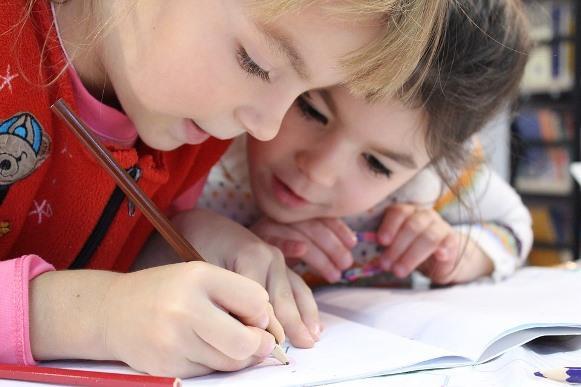 Antes de tomar qualquer decisão, leve a criança para conhecer a escola. (Foto Ilustrativa)