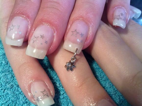 Coloque o piercing e deixe as unhas com um toque de charme. (Foto Ilustrativa)