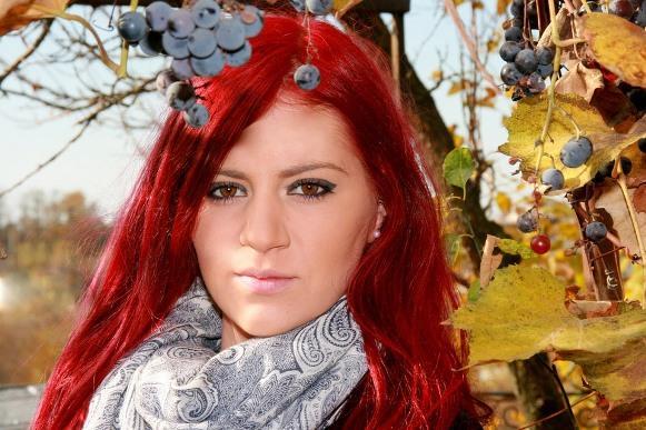 Deixe a cor do cabelo ruivo mais bonita com esse banho de brilho caseiro. (Foto Ilustrativa)