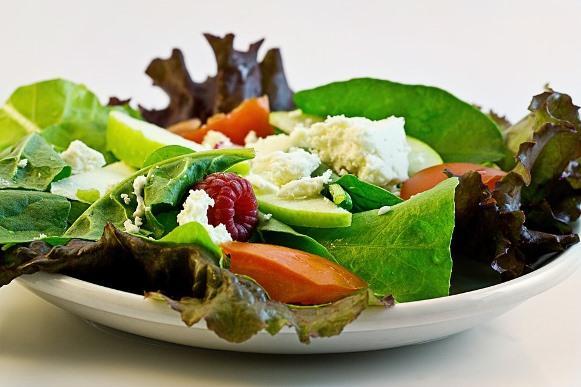 Você pode substituir os ingredientes dessa salada de peru. Salada de Peru: Receita Passo a Passo. (Foto Ilustrativa)