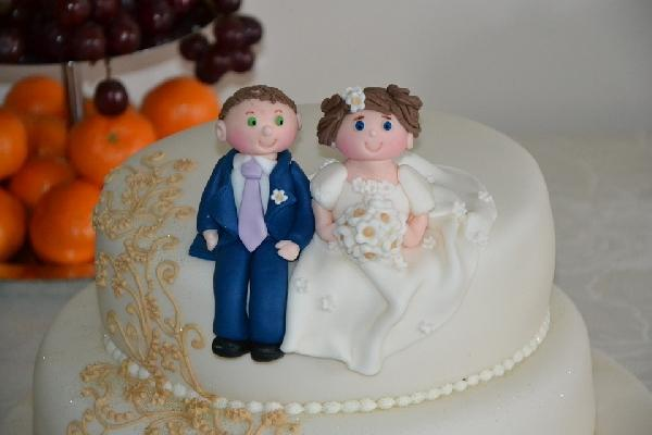 Os bonecos do noivo e da noiva não podem faltar (Foto Ilustrativa)