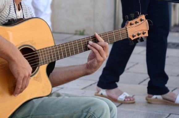 Curso grátis de violão faz parte da oferta (Foto Ilustrativa)