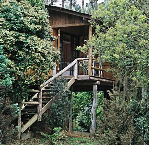 Casa de madeira com linda escada na frente (Foto: Casa Abril)