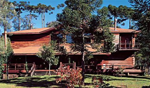 Casa de madeira avermelhada (Foto: Casa Abril)
