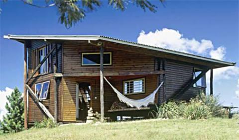 Casa de madeira combina muito com uma rede na varanda (Foto: Casa Abril)