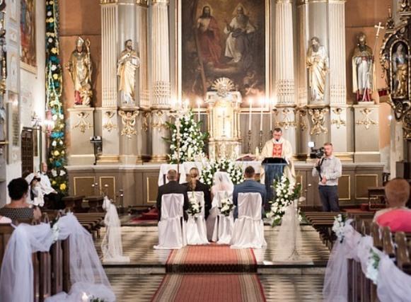 Escolha uma decoração que se harmonize com a arquitetura da igreja. (Foto Ilustrativa)