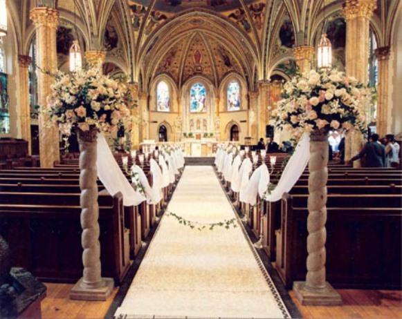 Arranjos com cores neutras decoram uma igreja com arquitetura rebuscada. (Foto Ilustrativa)