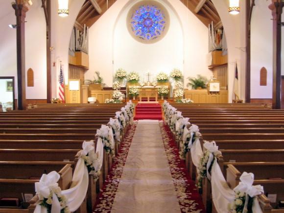 Decoração com flores e tecidos para igreja. (Foto Ilustrativa)