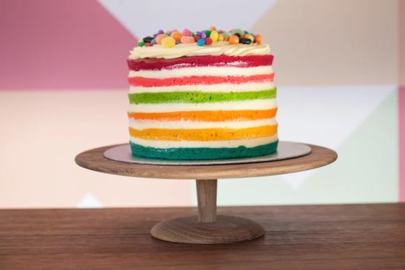 Naked cake arco-íris. (Foto: Reprodução/ Thevelvetcakeco)