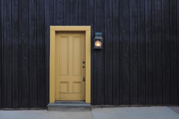 Porta pintada de amarelo. (Foto Ilustrativa)