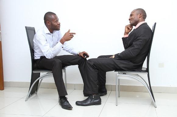 Não jogue conversa fora com o recrutador. (Foto Ilustrativa)