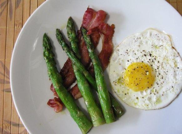 Você pode fritar aspargos e servir como acompanhamento. (Foto Ilustrativa)