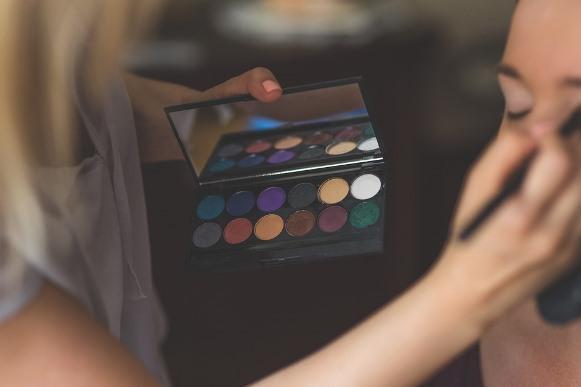Os olhos pedem uma maquiagem com cores vivas. (Foto Ilustrativa)