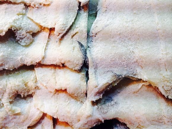Inicie a receita dessalgando o bacalhau. (Foto Ilustrativa)