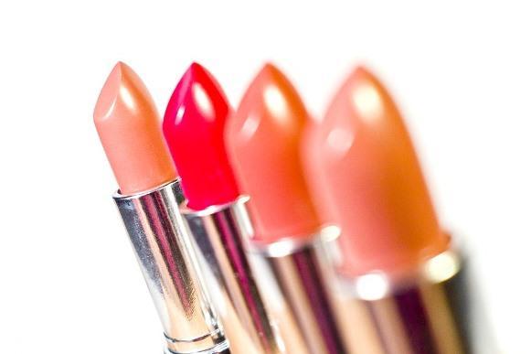 Escolha batons da mesma cor, só que um mais claro e outro mais escuro. (Foto Ilustrativa)