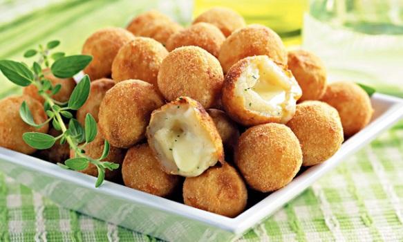 A bolinha de queijo é um salgadinho frito super saboroso. (Foto: Reprodução/Revista Ana Maria)