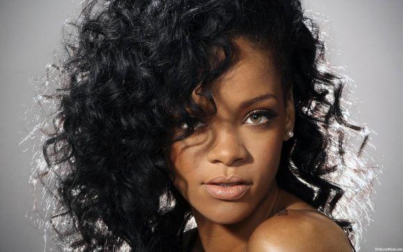A cantora Rihanna e seus cachinhos (Foto Ilustrativa)