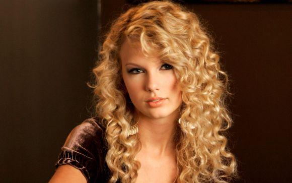 Taylor Swift já teve os fios enroladinhos (Foto Ilustrativa)
