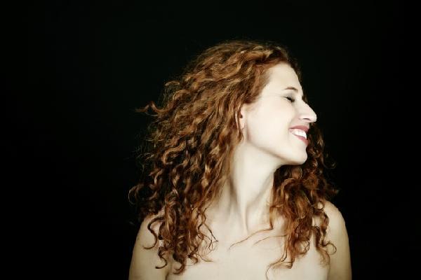 Já outras preferem o cabelo todo cacheado (Foto Ilustrativa)