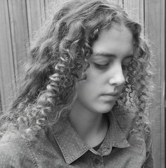 Com algumas técnicas, é possível mesclar os cachos com cabelo liso (Foto Ilustrativa)