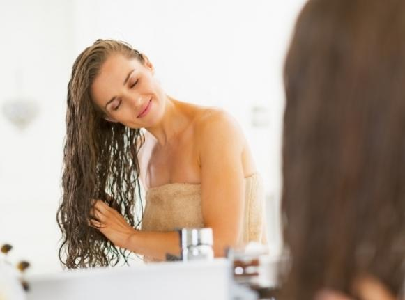 O óleo de coco mantém o cabelo hidratado. (Foto Ilustrativa)