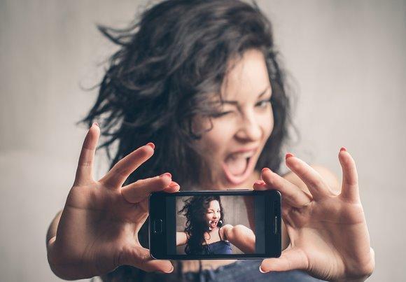 Existem aplicativos que deixam a selfie mais bonita. (Foto Ilustrativa)
