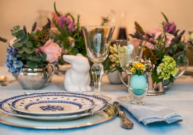 Como arrumar mesa para almoço de Páscoa (Foto: Abril)
