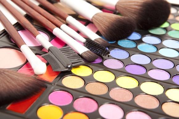 Deixe a maquiagem colorida combinando as sombras corretamente. (Foto Ilustrativa)