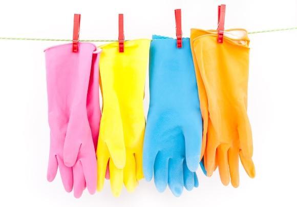 Ao manusear produtos de limpeza, use luvas. (Foto Ilustrativa)