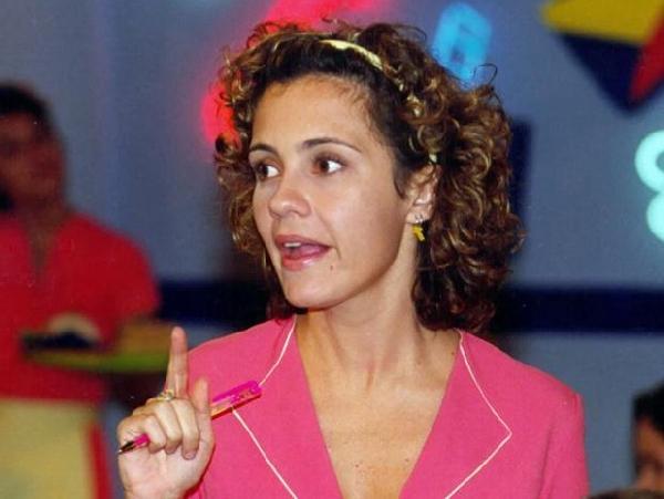 Adriana Esteves iniciou sua carreira como figurante na Globo (Foto: MdeMulher)