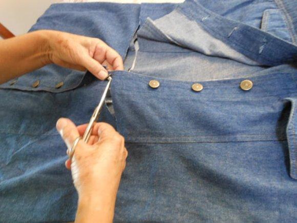 Vestido jeans sendo customizado. (Foto: Reprodução/ Customizando.net)