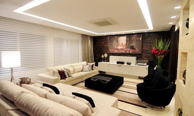 Sala mais ampla com modelos de cortinas  (Foto: M de Mulher/Abril)