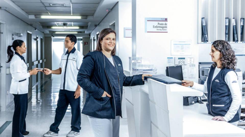 Profissional soma com o enfermeira e equipe médica (Foto: Exame/Abril)