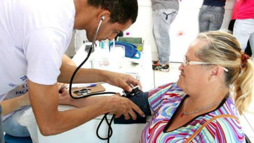 Técnico auxilia enfermeiro na parte prática (Foto: Exame/Abril)