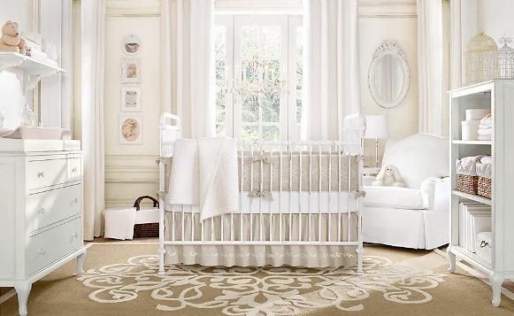 Quarto de bebê decorado com branco e bege. (Foto: Reprodução/Home Designing)