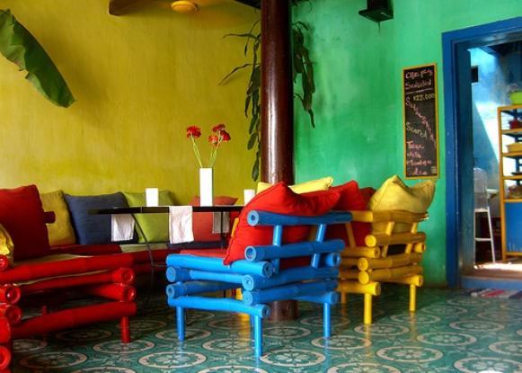 O colorido dos móveis deixa o ambiente alegre e divertido. Foto: Reprodução/ Adventured)