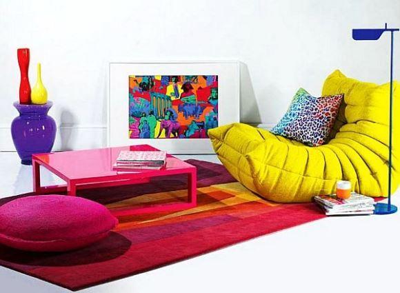 Os móveis coloridos fazem toda a diferença na decoração. (Foto: Reprodução/Decoist)