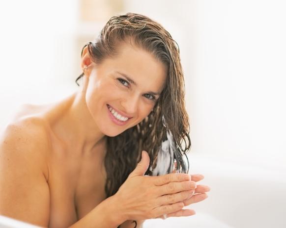 Use um shampoo para cabelos danificados. (Foto Ilustrativa)