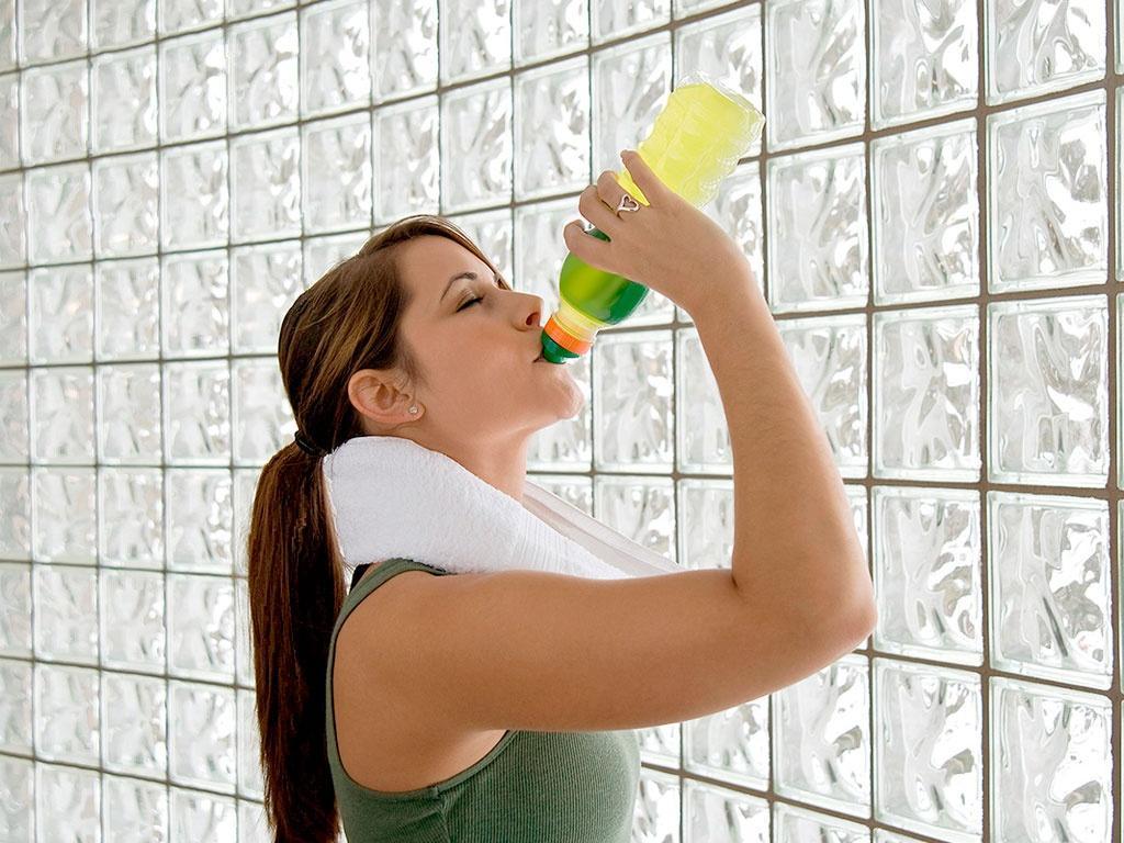 Tome bastante água e se alimente com uma refeição mais saudável (Foto: Reprodução/Tendência de Mulher)