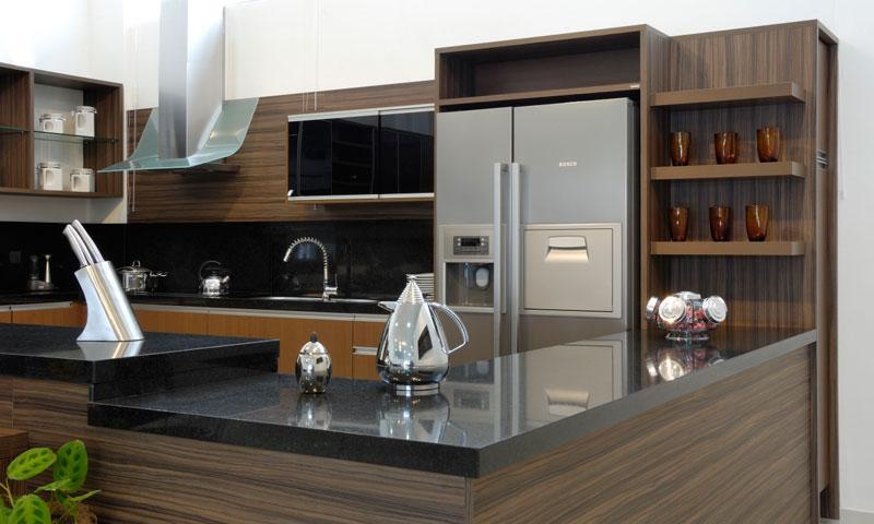 Cozinha planejada tom mais escuro (Foto: Reprodução/Decorando Casas)