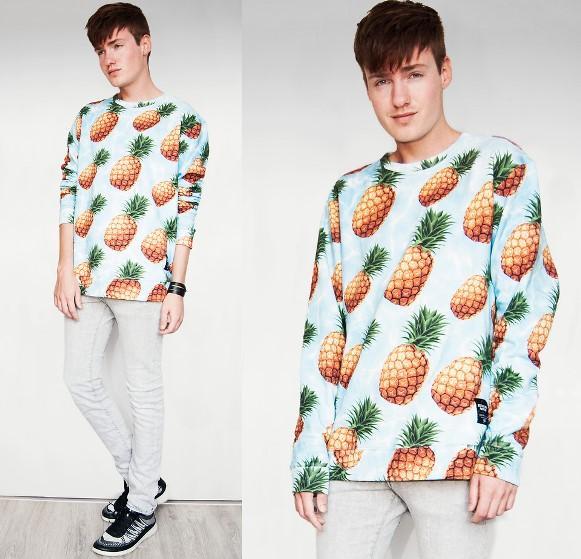 Blusa estampada + calça skinny + tênis