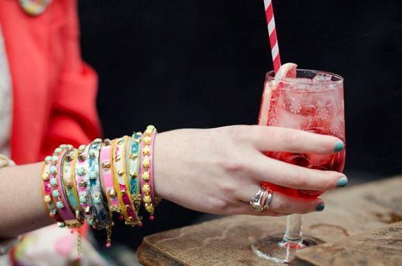 Várias pulseiras hadmade femininas. (Foto: Reprodução/Helloglow)