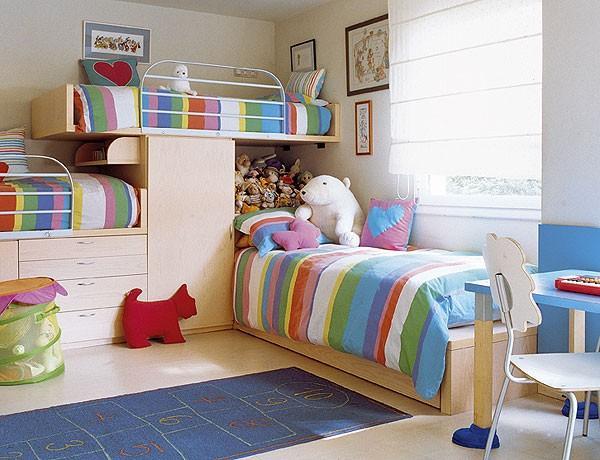 Um quarto mais clean combinando o espaço com a necessidade de duas camas (Foto: Decoração Móveis Planejados)